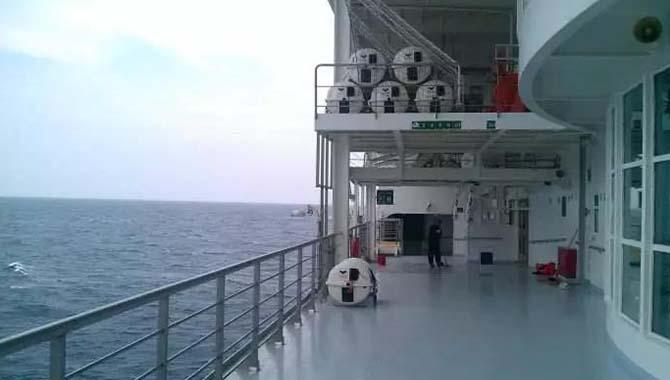 大管轮参与货舱清洁,由交错直梯坠落舱
